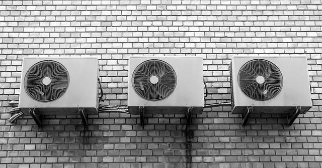 ventilátor na zdi