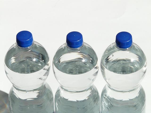 tři pet láhve
