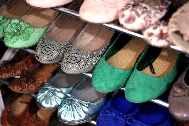 botník s obuví