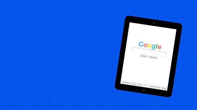 tablet s internetovým vyhledávačem Google na displeji